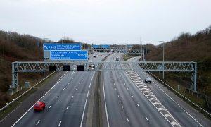 Изглед към магистрала M25 в Хъртфордшир, Южна Англия. Правителството на Великобритания иска да бъде в челните редици на въвеждането на технологии за автономно шофиране.