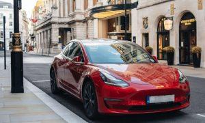 Tesla Model 3 паркира на New Bond Street, Лондон Във Великобритания има 39 900 Tesla Model 3
