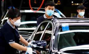 Работници във фабрика на смесени предприятия Daimler-BAIC в Пекин