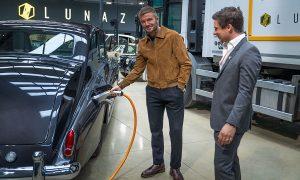 Дейвид Бекъм, вляво, и основателят на Lunaz Дейвид Лоренц, с електрифициран Rolls-Royce Phantom от 1961 г.