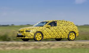 Opel пусна замаскирани снимки на следващото поколение компактен Astra преди представянето му след няколко седмици