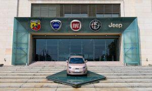 Fiat 500 отвън до входа на Mirafiori car plant, където е щабквартирата на Fiat Chrysler Automobiles NV, сега част от Stellantis NV, в Торино, Италия, на 23 април 2021. /Bloomberg