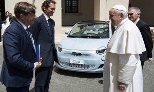 Председателят на Stellantis Джон Елкан, втори вляво, и главният изпълнителен директор Карлос Таварес, втори вдясно, се срещнаха с папа Франциск във Ватикана на 24 май. Също така на снимката е и главният изпълнителен директор на марката Fiat Оливие Франсоа. По време на посещението от Stellantis тайно се срещнаха с представители на италианското правителство, за да обсъдят публичните субсидии, съобщават медиите.