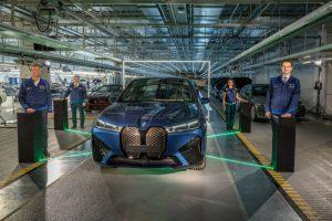 Начало на производството на новото BMW iX в завода на BMW Group Динголфинг. На снимката са показани (отляво надясно): мениджър на завода в Динголфинг Кристоф Шрьодер, председател на Съвета на завод за заводи в Динголфинг Стефан Шмид, сътрудник на сдружението Анероуз Митмайер и Милан Неделкович, член на BMW AG, управителен съвет, производство