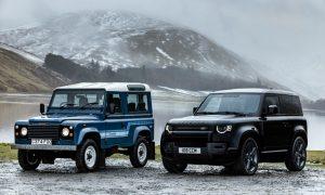 Новият Defender на Land Rover, показан вдясно, има по-плавен дизайн от първото поколение, вляво.