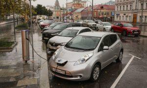 Електрически Nissan Leaf се зарежда на станция в Москва, Русия.18 август 2021.
