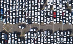 Автомобили, паркирани в депо, преди да бъдат транспортирани до дилъри Bloomberg