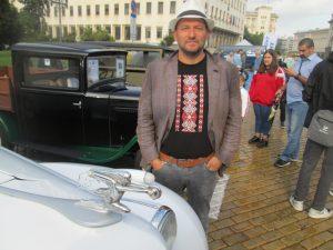 Този рядък американски Packard на Любомир Николов, е модел 1940-а. Две години го реставрира, след като го внася в България от Тексас. Има мотор 4000 кубика, 8 редови цилиндъра, 110 к.с.