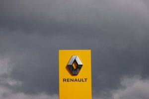 Логото на автомобилния производител на Renault е показано на дилър в Les Sorinieres, близо до Нант, Франция, 9 септември 2021 г. REUTERS