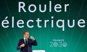 """Френският президент Еманюел Макрон говори пред екран с изречение, което гласи """"Карайте електрически"""" по време на представянето на инвестиционния план Франция 2030 в президентския дворец Елисей, Париж, Франция, 12 октомври 2021 г. Reuters"""