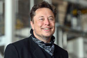 Изпълнителният директор на Tesla Илон Мъск стои в леярната на гигафабриката Tesla на пресконференция.